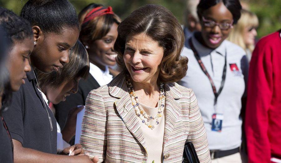 La reine Silvia avait déjà visité l'établissement deux ans auparavant. Elle y fut très bien accueillie par les élèves.