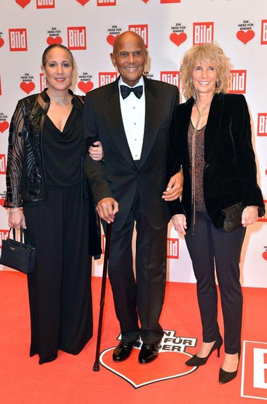 """Harry Belafonte avec sa femme et sa fille son prix au gala """"Ein Herz fuer Kinder"""" à Berlin, le 6 septembre 2014"""