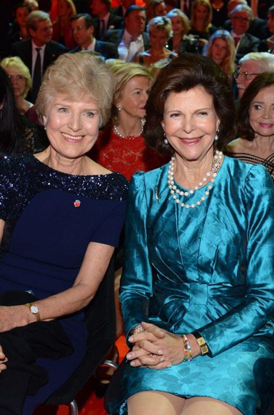 """La reine Silvia de Suède, avec Friede Springer, au gala """"Ein Herz fuer Kinder"""" à Berlin, le 6 septembre 2014"""