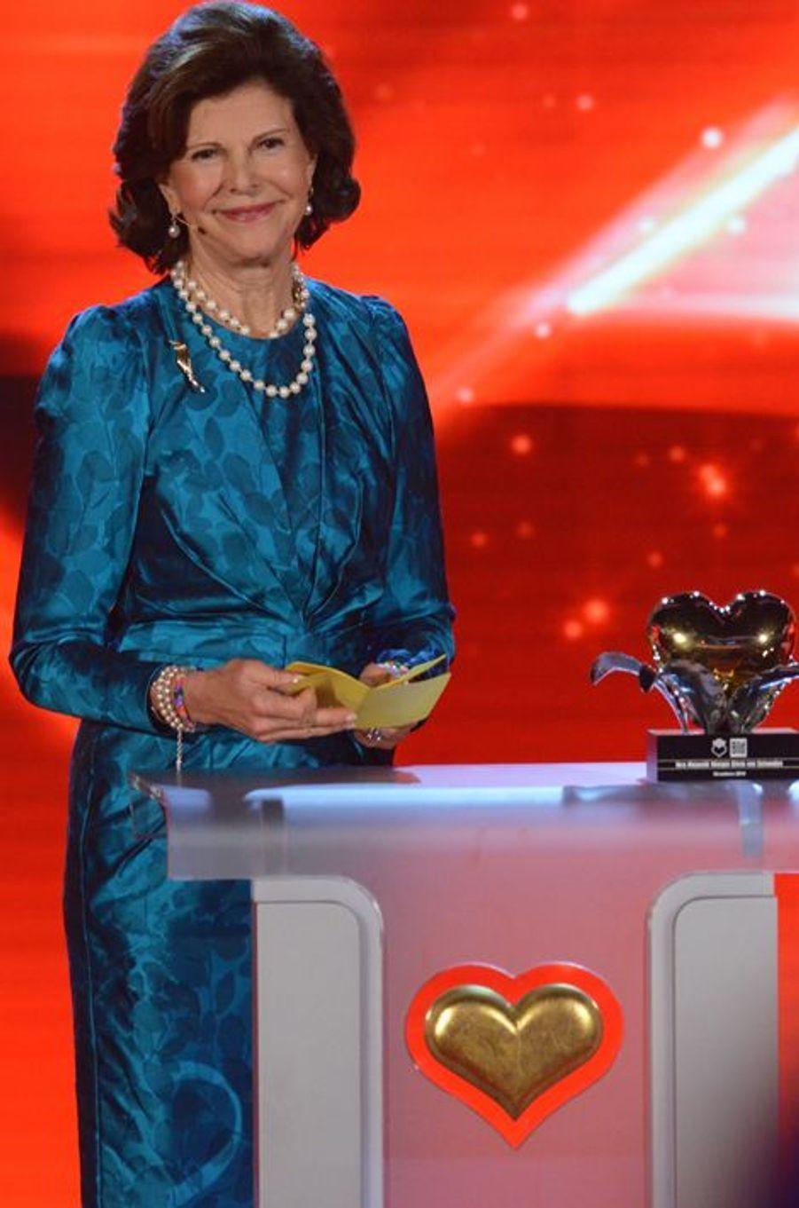 """La reine Silvia de Suède reçoit son prix au gala """"Ein Herz fuer Kinder"""" à Berlin, le 6 septembre 2014"""