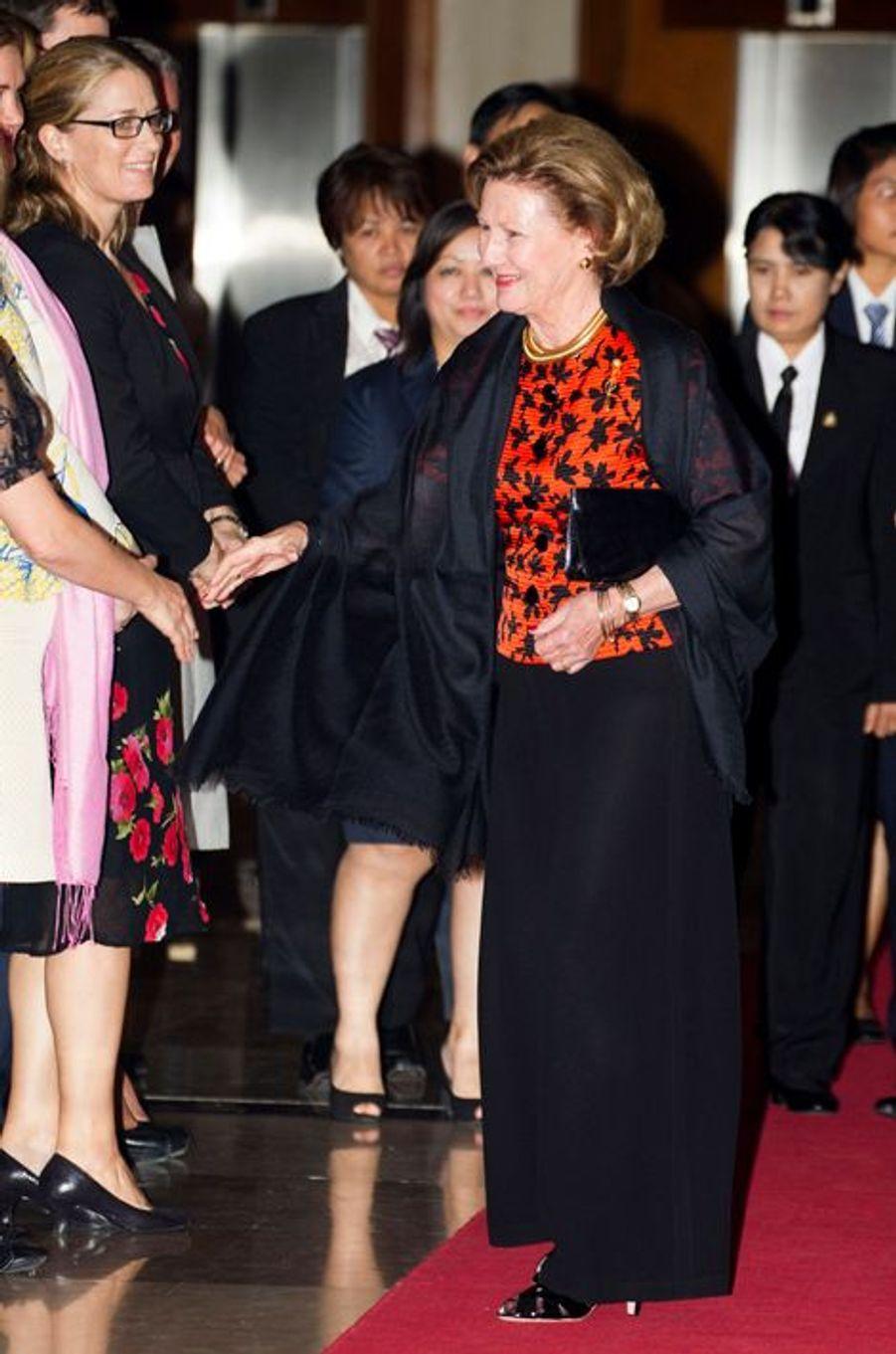 La reine Sonja avec de petits Norvégiens à Yangon, le 30 novembre 2014