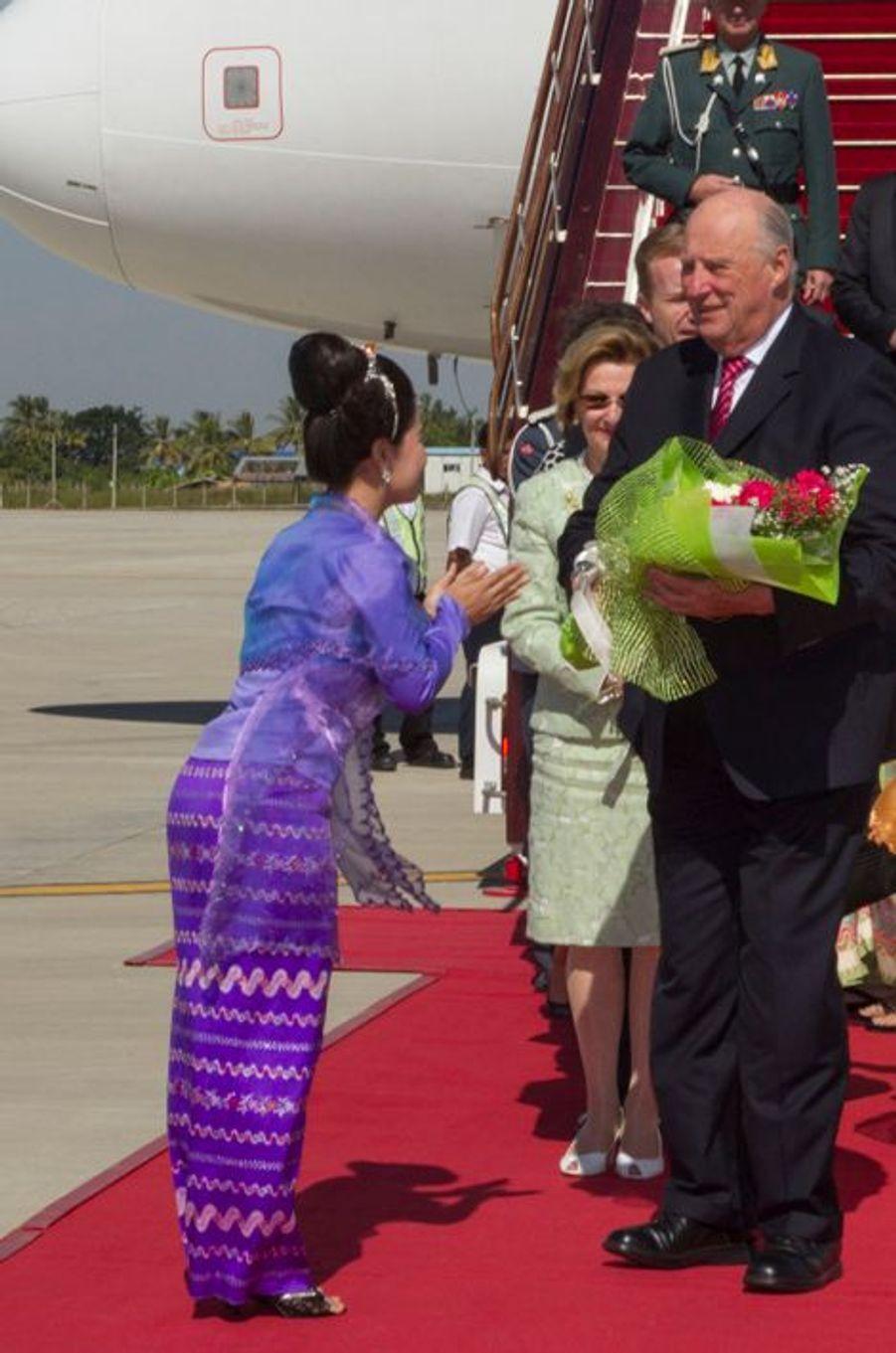 La reine Sonja et le roi Harald V de Norvège à leur arrivée à Nay Pyi Taw, le 1er décembre 2014
