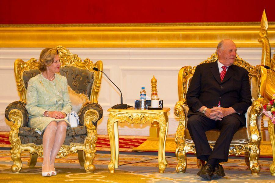 La reine Sonja et le roi Harald V de Norvège au palais présidentiel à Nay Pyi Taw, le 1er décembre 2014