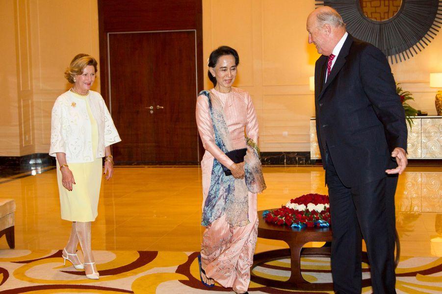 La reine Sonja et le roi Harald V de Norvège, avec Aung San Suu Kyi à Nay Pyi Taw, le 1er décembre 2014
