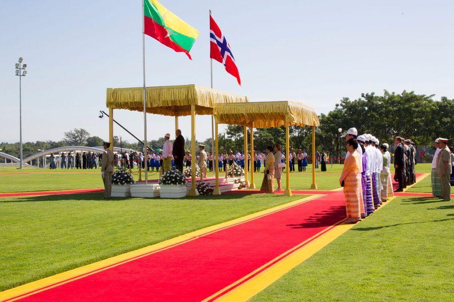 La reine Sonja et le roi Harald V de Norvège avec le président Thein Sein et son épouse à Nay Pyi Taw, le 1er décembre 2014