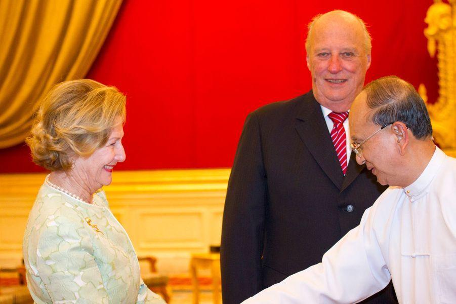 La reine Sonja et le roi Harald V de Norvège avec le président Thein Sein, le 1er décembre 2014