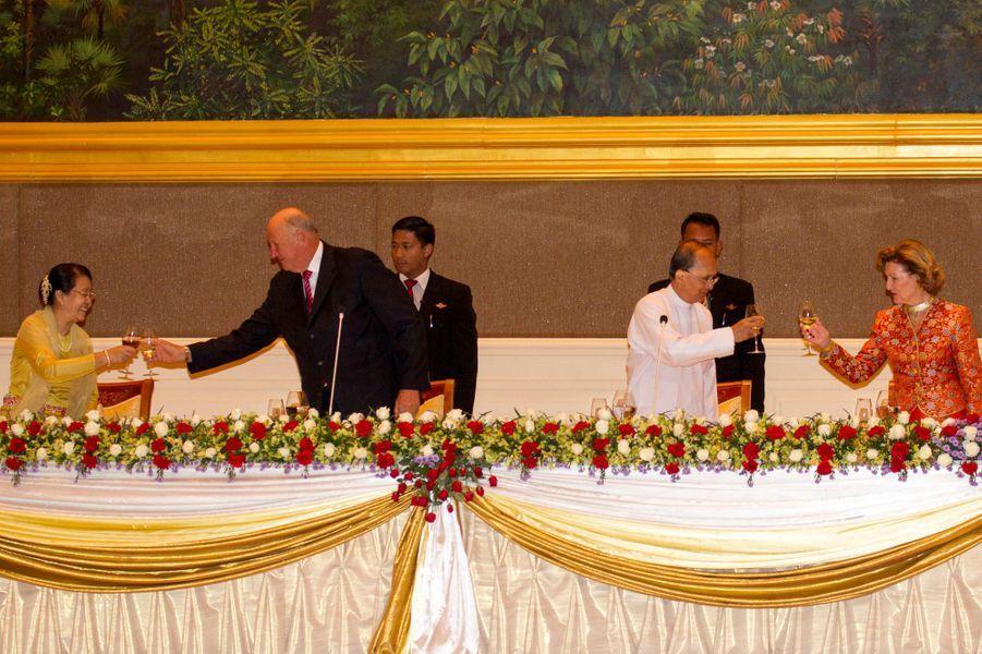 La reine Sonja et le roi Harald V de Norvège lors du banquet au palais présidentiel à Nay Pyi Taw, le 1er décembre 2014