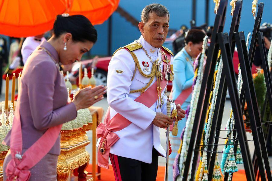 Le roi Maha Vajiralongkorn de Thaïlande et sa femme la reine Suthida à Bangkok, le 22 octobre 2019
