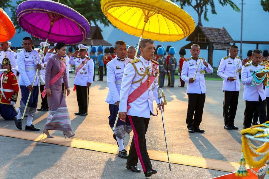 La reine Suthida précédée de son époux le roi Maha Vajiralongkorn de Thaïlande à Bangkok, le 22 octobre 2019