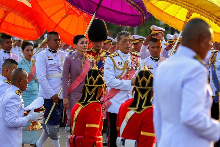 Le roi Maha Vajiralongkorn de Thaïlande et la reine Suthida à Bangkok, le 22 octobre 2019