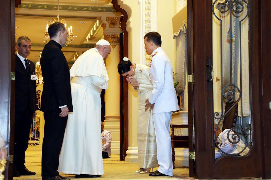 Le roi Maha Vajiralongkorn (Rama X) et la reine Suthida de Thaïlande acueillent le pape François à Bangkok, le 21 novembre 2019