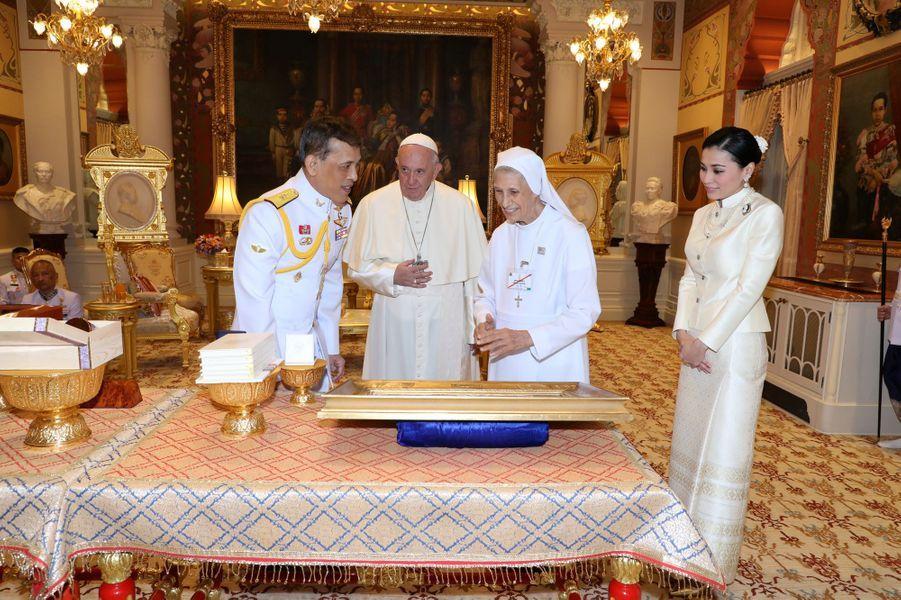 Le roi Maha Vajiralongkorn (Rama X) et la reine Suthida de Thaïlande avec le pape François et sa cousine Sœur Ana Rosa Sivori à Bangkok, le 21 novembre 2019