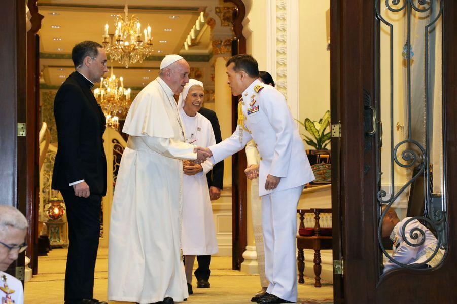 Le roi Maha Vajiralongkorn de Thaïlande (Rama X) et la reine consort Suthida avec le pape François à Bangkok, le 21 novembre 2019