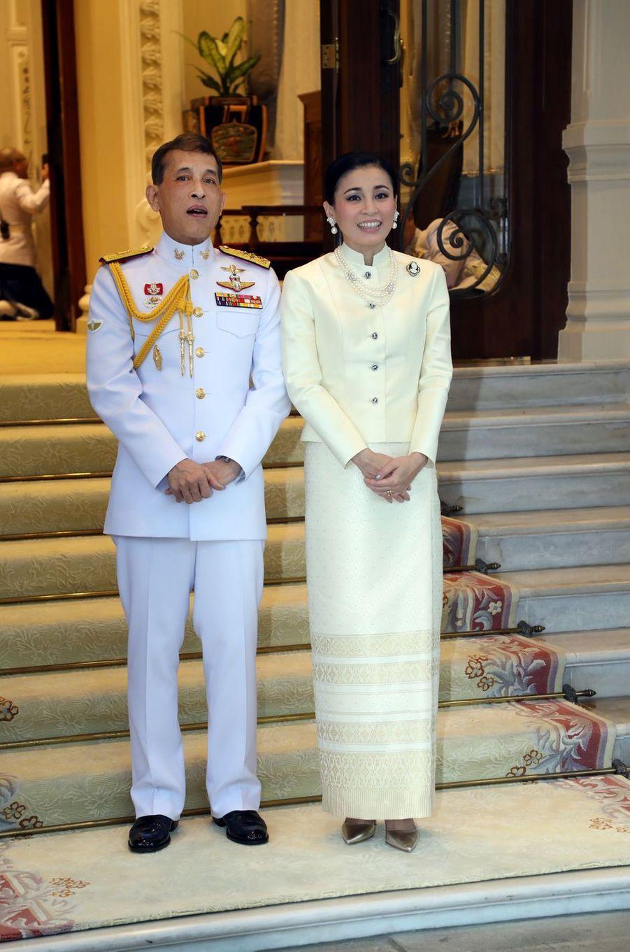 Le roi Maha Vajiralongkorn (Rama X) et la reine Suthida de Thaïlande à Bangkok, le 21 novembre 2019