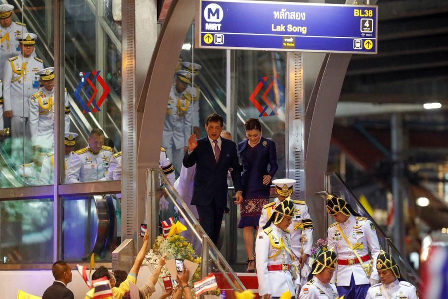 La reine Suthida et le roi Maha Vajiralongkorn (Rama X) de Thaïlande sortent du métro à Bangkok, le 14 novembre 2020