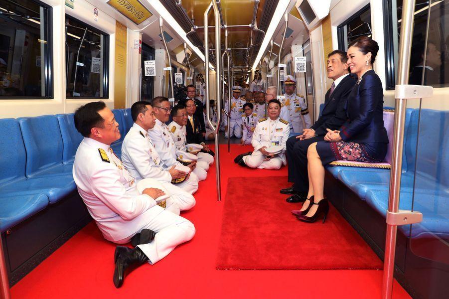 La reine Suthida et le roi Maha Vajiralongkorn (Rama X) de Thaïlande dans le métro à Bangkok, le 14 novembre 2020