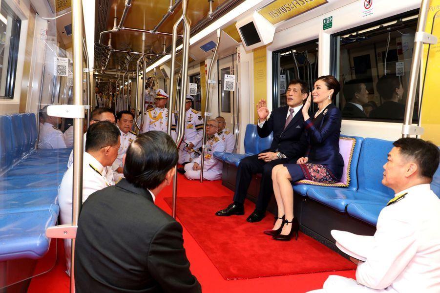 La reine Suthida et le roi de Thaïlande Maha Vajiralongkorn (Rama X) dans le métro à Bangkok, le 14 novembre 2020