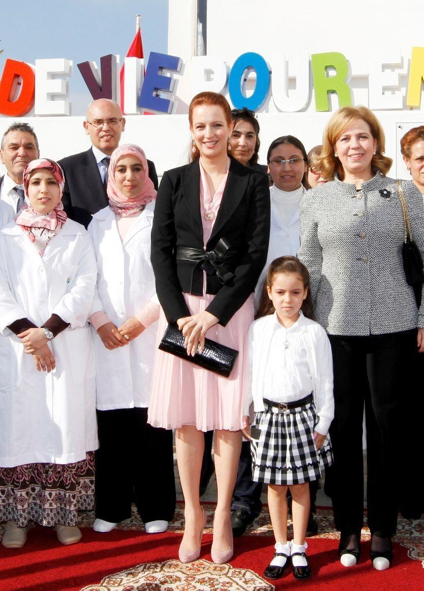 Lalla Khadija lors de son premier engagement public, une visite de l'association de sa mère pour la lutte contre le cancer, en février 2012.