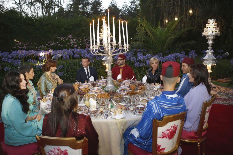 Le roi Mohammed VI du Maroc, la princesse Lalla Salma et la famille royale marocaine avec Emmanuel et Brigitte Macron à Rabat, le 14 juin 2017