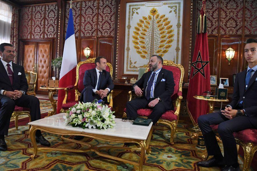 Le roi Mohammed VI du Maroc, son fils le prince Moulay El Hassan et son frère le prince Moulay Rachid avec Emmanuel Macron à Rabat, le 14 juin 2017