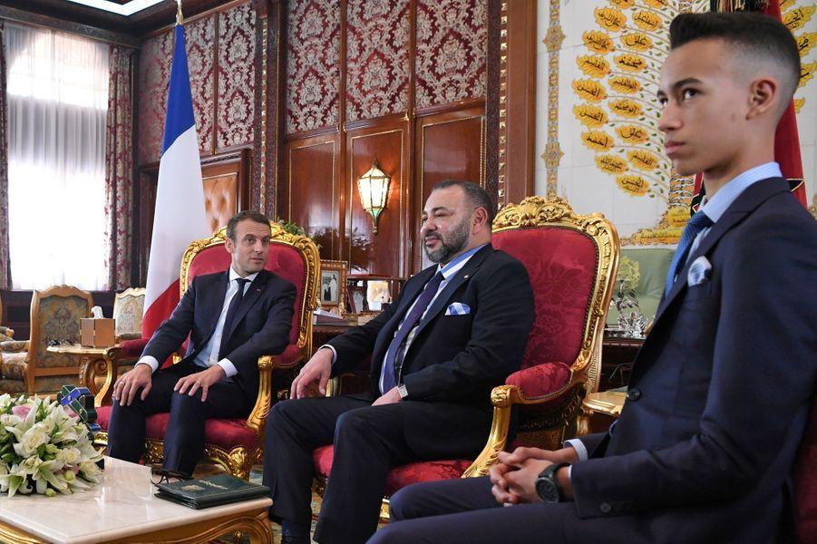 Le roi Mohammed VI du Maroc et son fils le prince Moulay El Hassan avec Emmanuel Macron à Rabat, le 14 juin 2017
