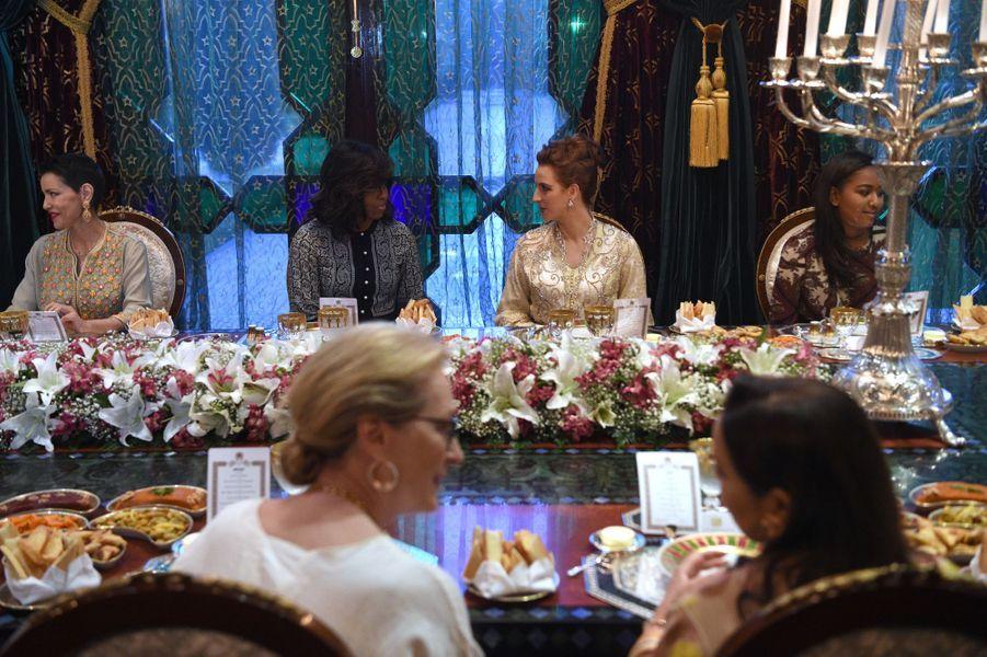 Les princesses Lalla Meryem et Lalla Salma encadrent Michelle Obama à Marrakech, le 28 juin 2016