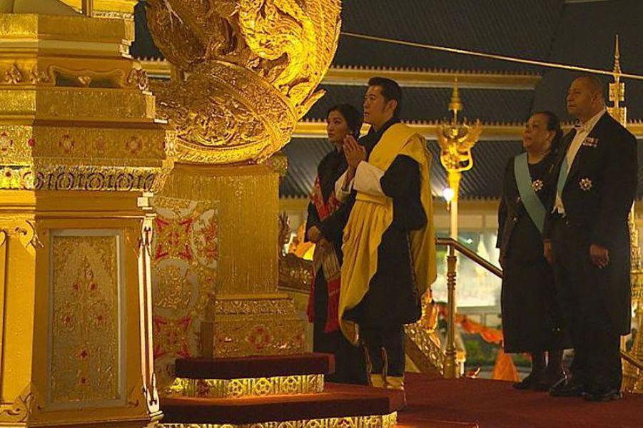 Le roi et la reine du Bhoutan suivis du roi et de la reine des Tonga à Bangkok, le 26 octobre 2017