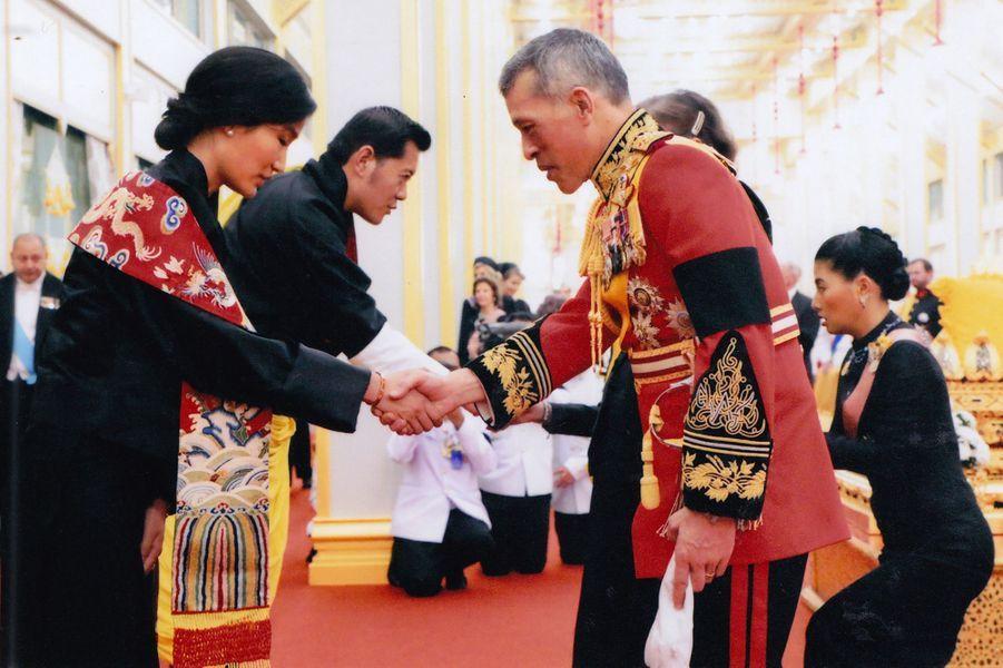 Le roi et la reine du Bhoutan avec la famille royale thaïlandaise à Bangkok, le 26 octobre 2017