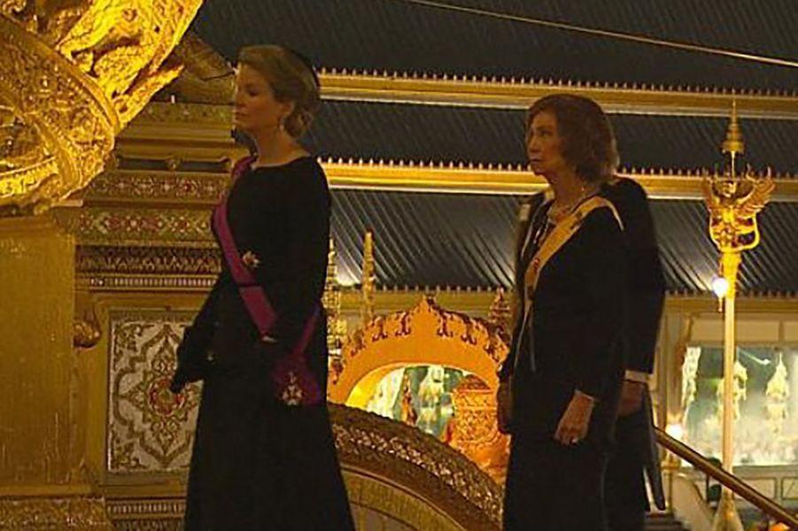 La reine Mathilde de Belgique et l'ex-reine d'Espagne Sofia à Bangkok, le 26 octobre 2017