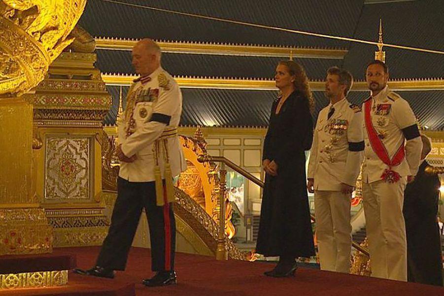 Les princes héritiers Frederik de Danemark et Haakon de Norvège, avec les gouverneurs généraux d'Australie et du Canada, à Bangkok le 26 octobre 2017