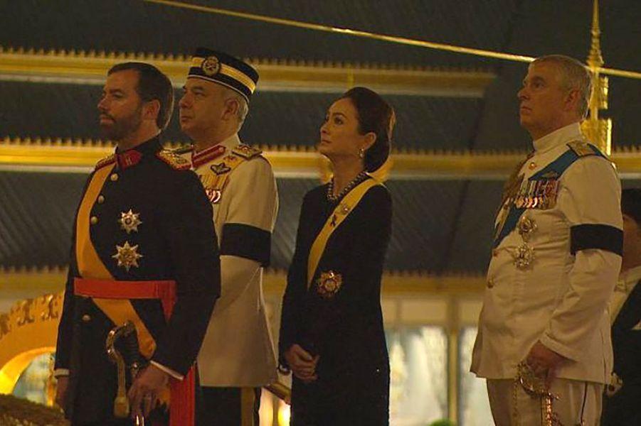 Le prince héritier Guillaume de Luxembourg et le prince Andrew d'Angleterre avec le sultan de Perak et sa femme, à Bangkok le 26 octobre 2017