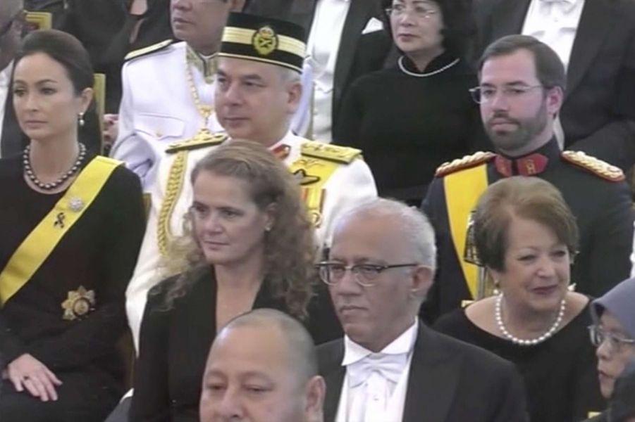 Le prince héritier Guillaume de Luxembourg, à la gauche du sultan de Perak et de sa femme, à Bangkok le 26 octobre 2017