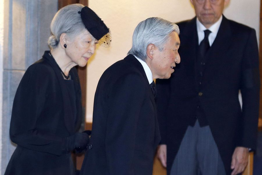L'impératrice Michiko et l'empereur Akihito du Japon en deuil du prince Mikasa à Tokyo, le 2 novembre 2016