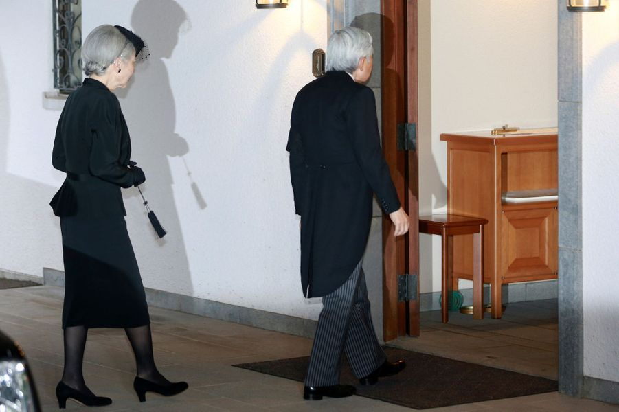 L'impératrice Michiko et l'empereur Akihito du Japon se rendent à la veillée funèbre du prince Mikasa à Tokyo, le 2 novembre 2016