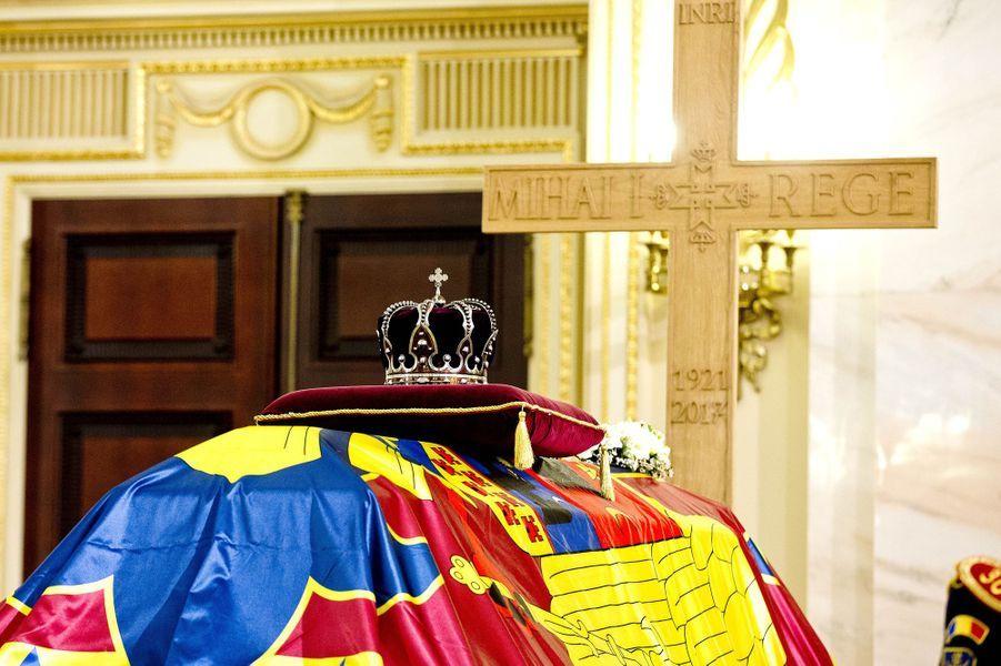 La couronne royale repose sur le cercueil de l'ex-roi Michel de Roumanie au Palais royal à Bucarest, le 14 décembre 2017