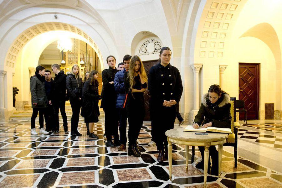 Les Roumains rendent hommage à l'ex-roi Michel de Roumanie au Palais royal à Bucarest, le 14 décembre 2017