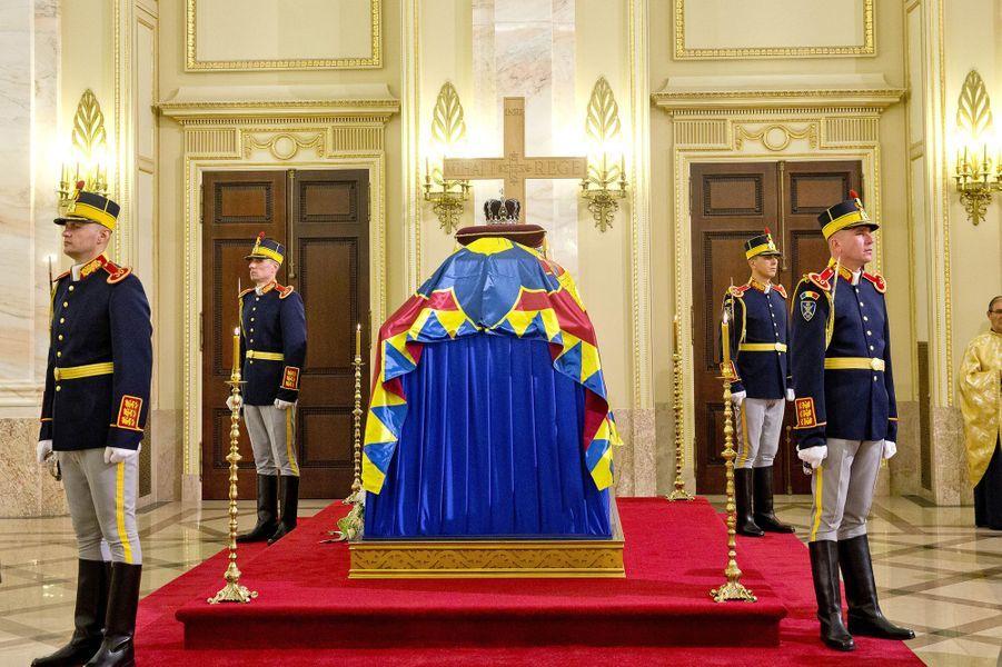 Le cercueil de l'ex-roi Michel de Roumanie au Palais royal à Bucarest, le 14 décembre 2017