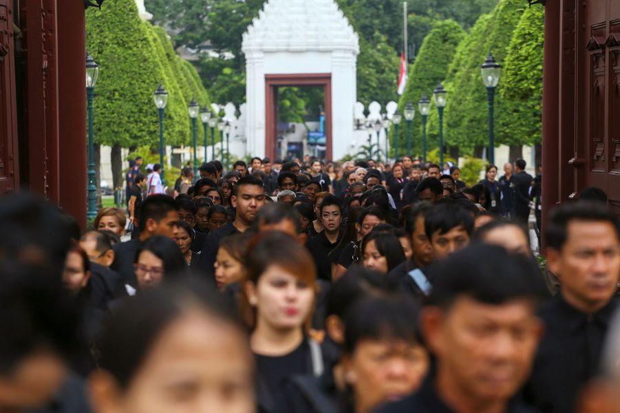 Les Thaïlandais font la queue pour rendre un dernier hommage au roi Bhumibol à Bangkok, le 29 octobre 2016