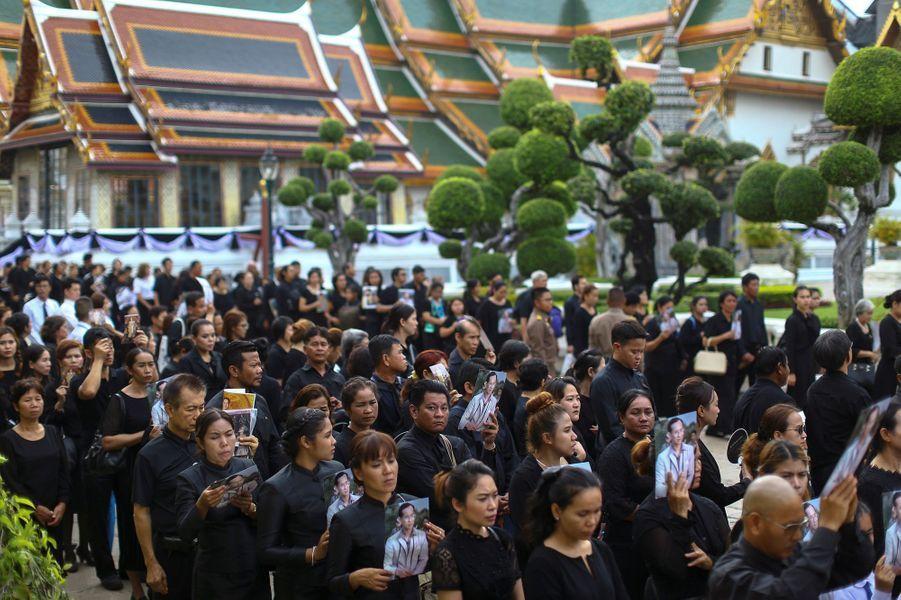 Les Thaïlandais font la queue pour rendre un dernier hommage au roi Rama IX à Bangkok, le 29 octobre 2016