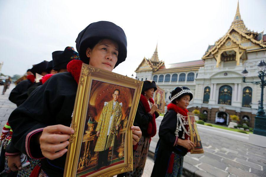 Les Thaïlandais rendent un dernier hommage au roi Bhumibol à Bangkok, le 29 octobre 2016