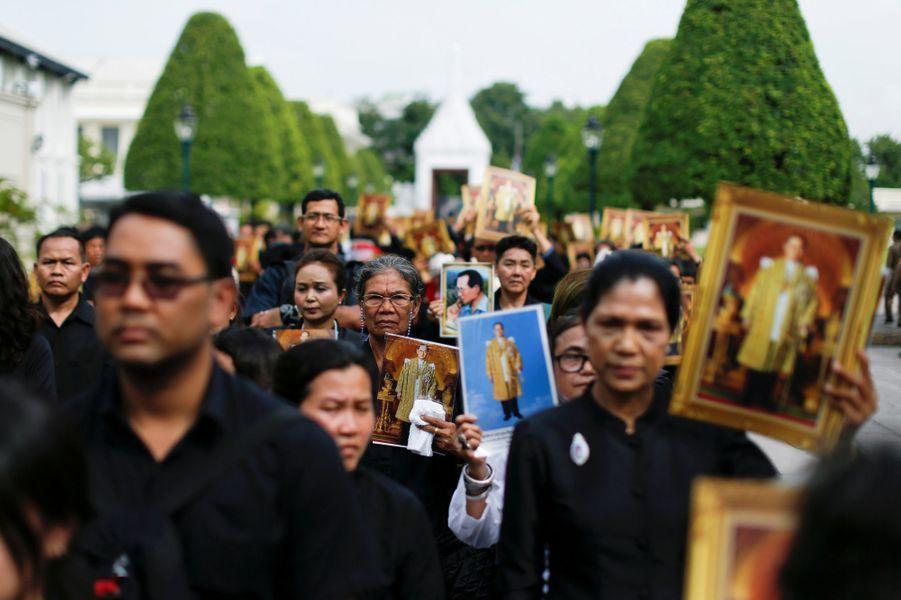Des Thaïlandais rendent un dernier hommage au roi Bhumibol à Bangkok, le 29 octobre 2016