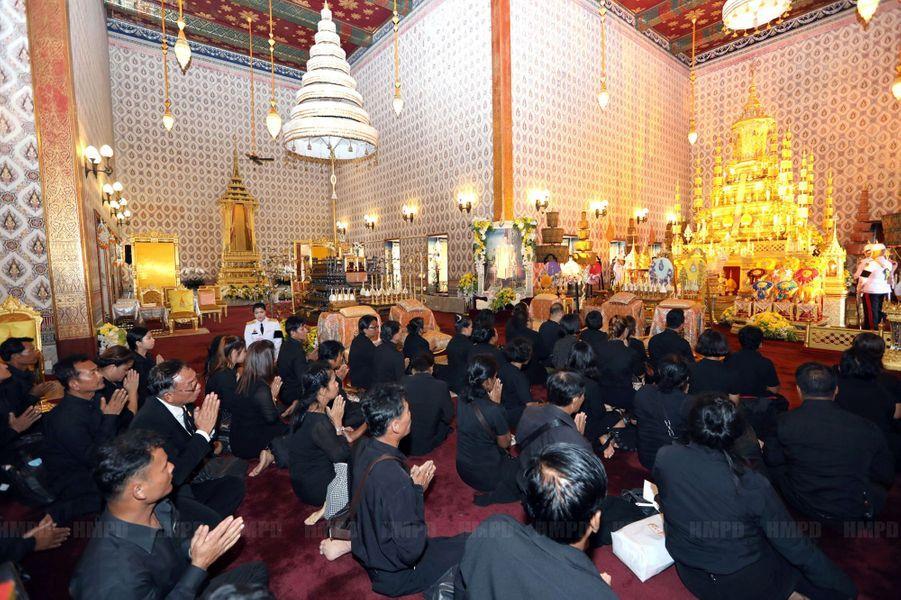 Des Thaïlandais rendent un dernier hommage au roi Bhumibol dans la salle du trône du Grand Palais à Bangkok, le 29 octobre 2016