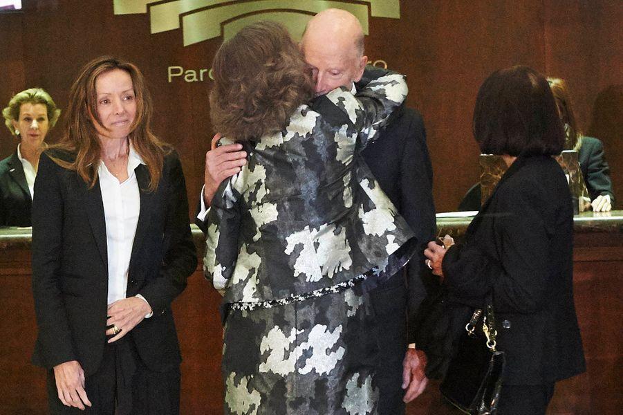 L'ex-reine Sofia réconforte l'ex-roi Siméon II, après le décès du prince Kardam de Bulgarie, le 7 avril 2015