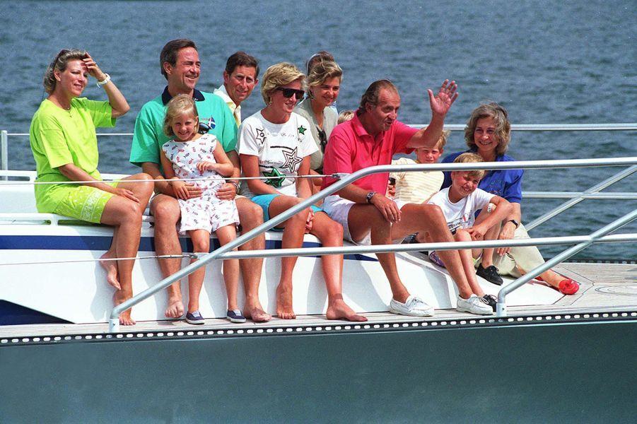 Juan Carlos et Sofia avec Diana, Charles, William et Harry, le roi Constantin et sa femme Anne-Marie, sur le Fortuna en 1990