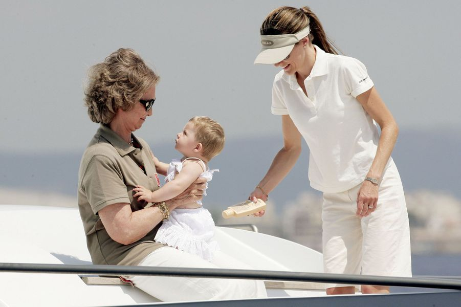 Moment de tendresse entre générations : la reine Sofia, la princesse Letizia et la petite Leonor, sur le Fortuna en 2006