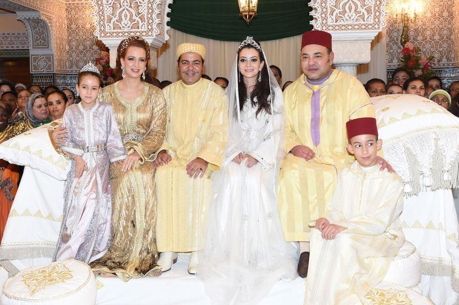 Le couple entouré du roi du Maroc, de son épouse Lalla Salma et de leurs enfants Moulay Hassan et Lalla Khadija