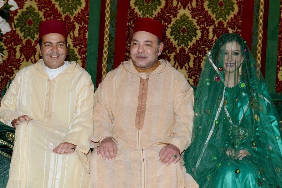 Le roi du Maroc, entouré du prince Moulay Rachid et de Lalla Oum Keltoum