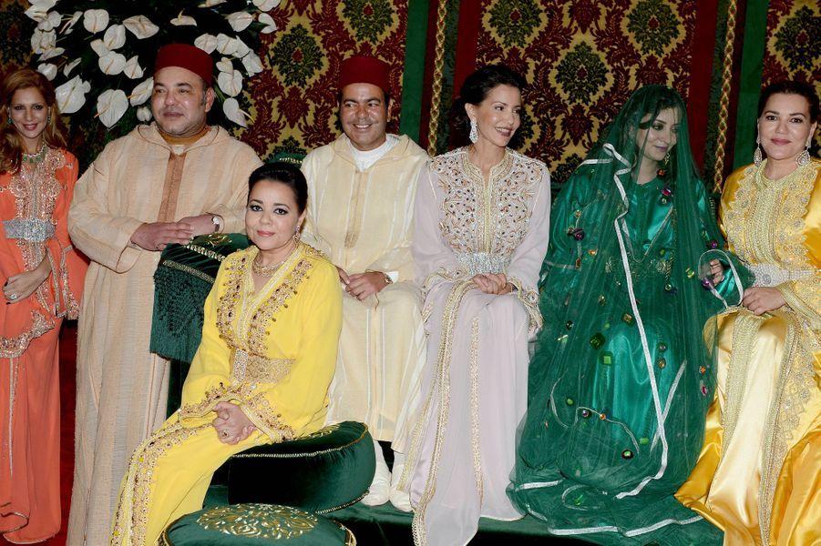 Mohammed VI, sa sœur Lalla Asma, le prince Moulay Rachid, sa sœur Lalla Meryem, Lalla Oum Keltoum, et la sœur du marié et du roi, Lalla Hasna.