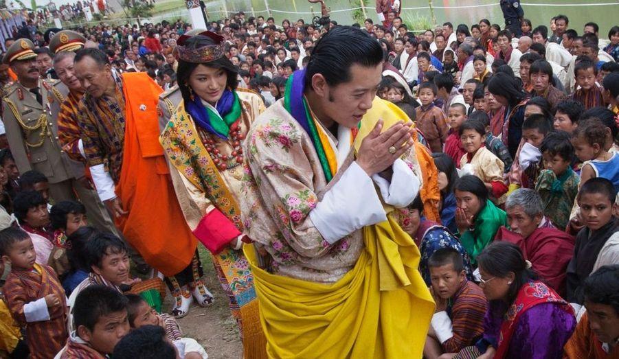 Le mariage s'est déroulé suivant la tradition bouddhiste dans une lamaserie du 17e siècle, de la vallée de Punakha.