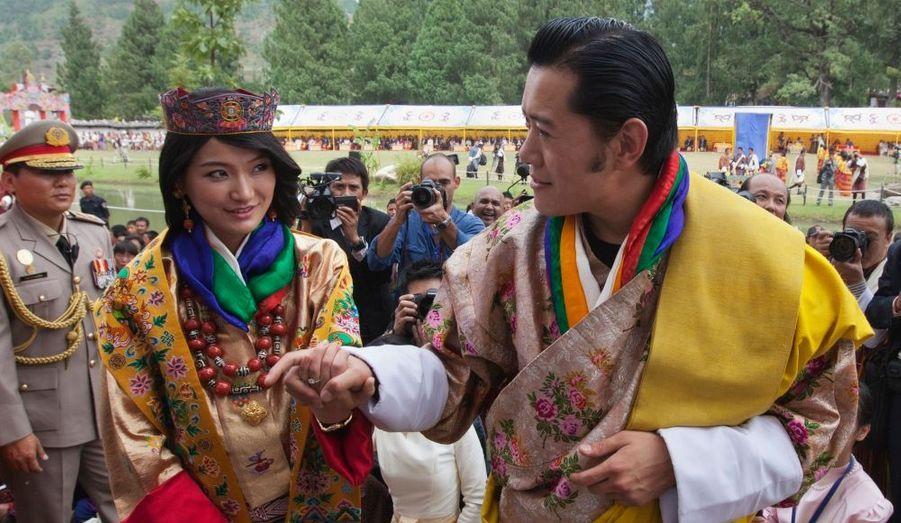Sa majesté Jigme Khesar Namgyel, roi du Bhoutan, 31 ans, a épousé sa délicieuse fiancée, Jetsun Pema, 21 ans, au cours d'une cérémonie somptueuse donnée dans une lamaserie au coeur de l'Himalaya.